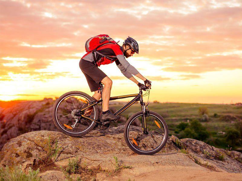 Uomo che va in bici sulle montagne di Alleghe