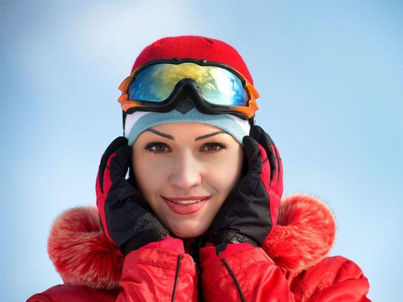 Donna con attrezzatura sotto la neve di Alleghe