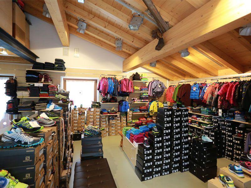 Esposizione di abbigliamento nel negozio C.Elle sport di alleghe