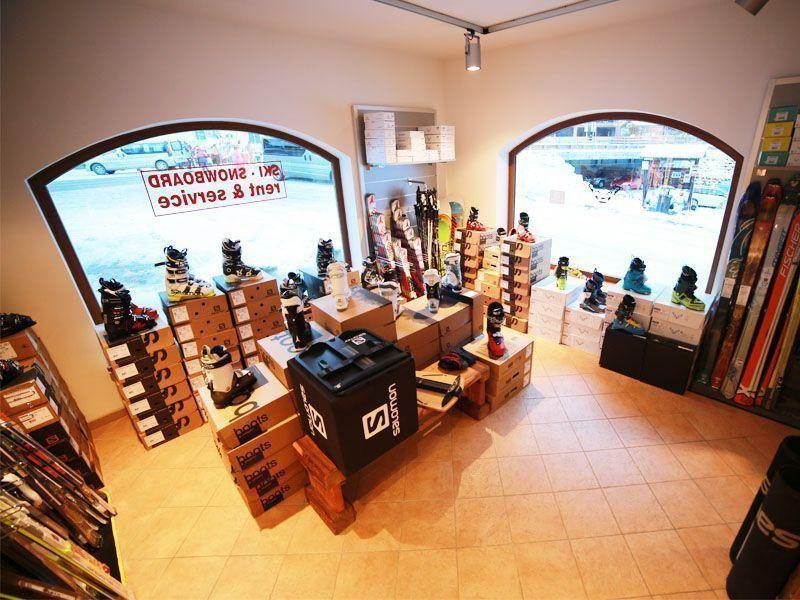Esposizione dell'attrezzatura nel negozio C.Elle sport di alleghe