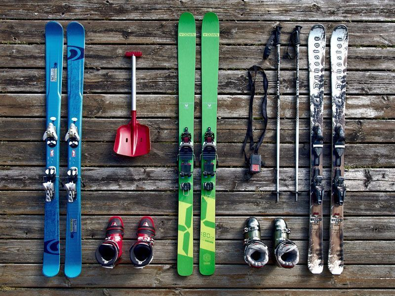 Arrangement of skis on wooden boards