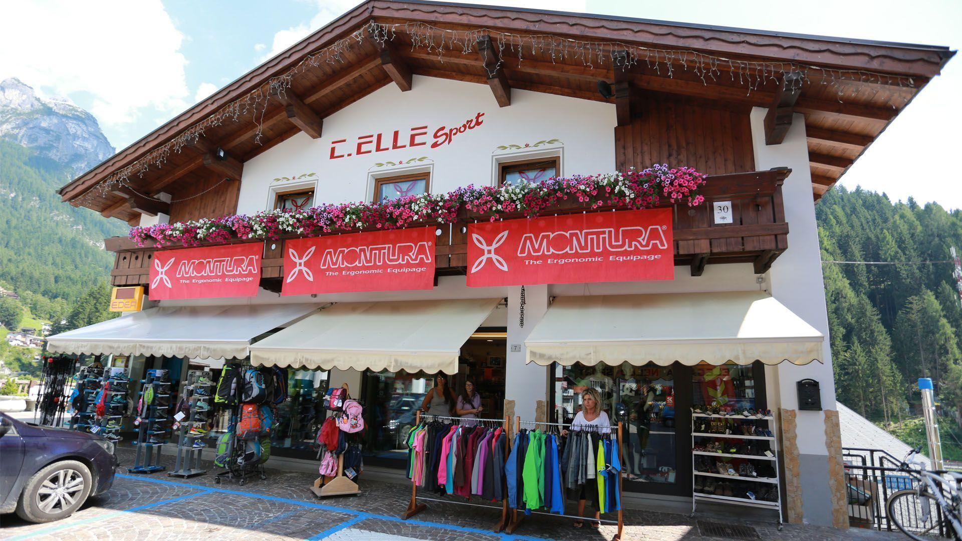 Sciatore in montagna effettua una curva ad alta velocità sci pista da sci ad Alleghe